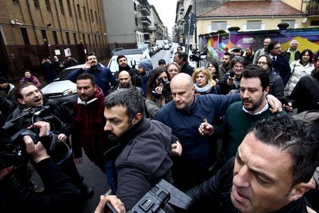 """Salvini contestato dai centri sociali: """"Vattene, razzista"""""""