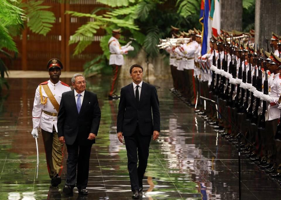 Renzi rientra in Italia. Ieri l'incontro con Raul Castro