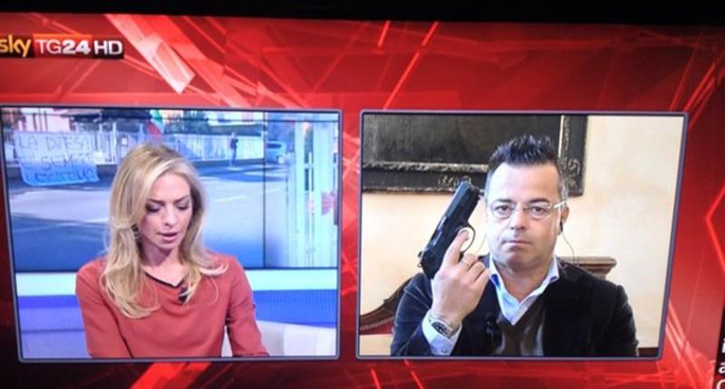 Oggi, su Sky, in diretta tv, Buonanno, con la pistola