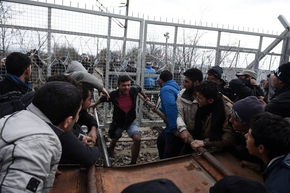 Grecia. I migranti forzano il confine