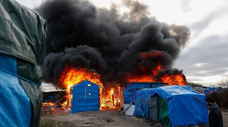 """Sospeso lo sgombero della """"giungla"""" di Calais"""