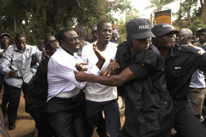 Uganda. Manette al candidato dell'opposizione