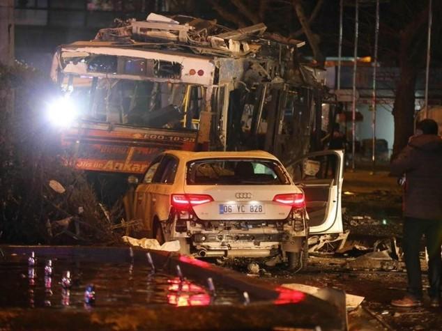 Ankara. Esplode un'autobomba in centro