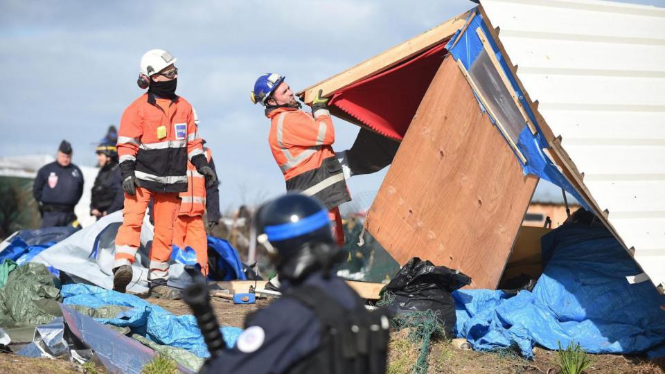 """Ripreso lo sgombero della """"giungla"""" di Calais"""