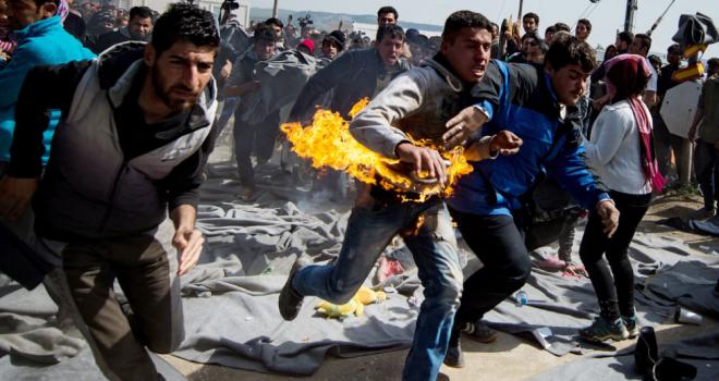 Idomeni. Due profughi si danno fuoco