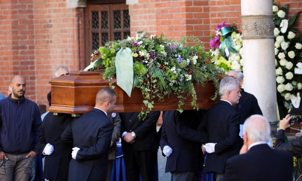 """Celebrati i funerali di Casaleggio al grido """"Onestà"""""""