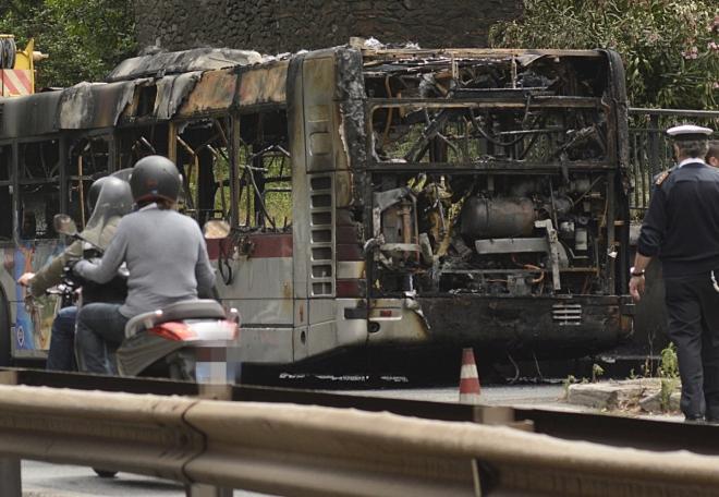 Roma. Prende fuoco un autobus 495